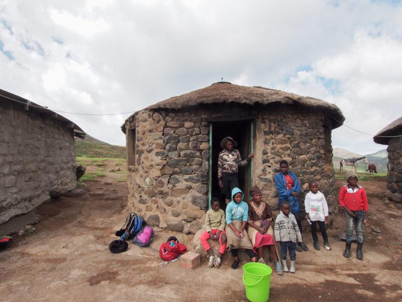 村につくと家族がお出迎え。村人との交流もこのツアーの楽しみの一つ