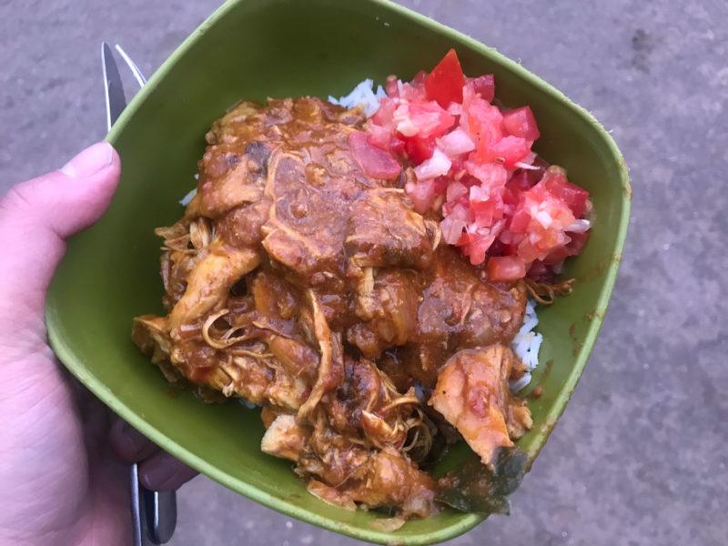 夕食はその場でガイドがローカル料理を作ってくれます。チキンのトマト煮込み。絶品です。