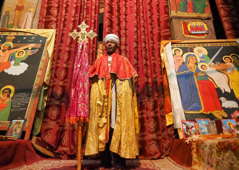 浪々と御詠歌が謳われる中で、立派な佇まいの聖職者