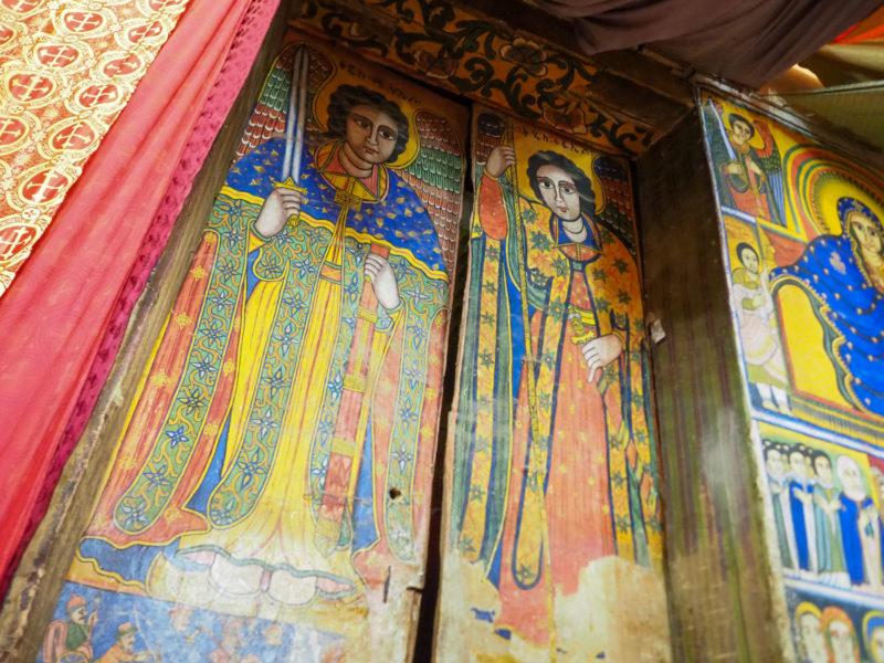 岩窟教会内の壁画も見事です。聖ミカエルと聖ガブリエル
