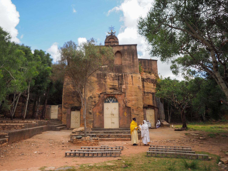 地方のふと立ち寄った街にも、何百年も前からある岩窟教会があります。