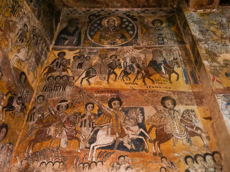 有名観光地以外の教会にも、見事な壁画が残っています。
