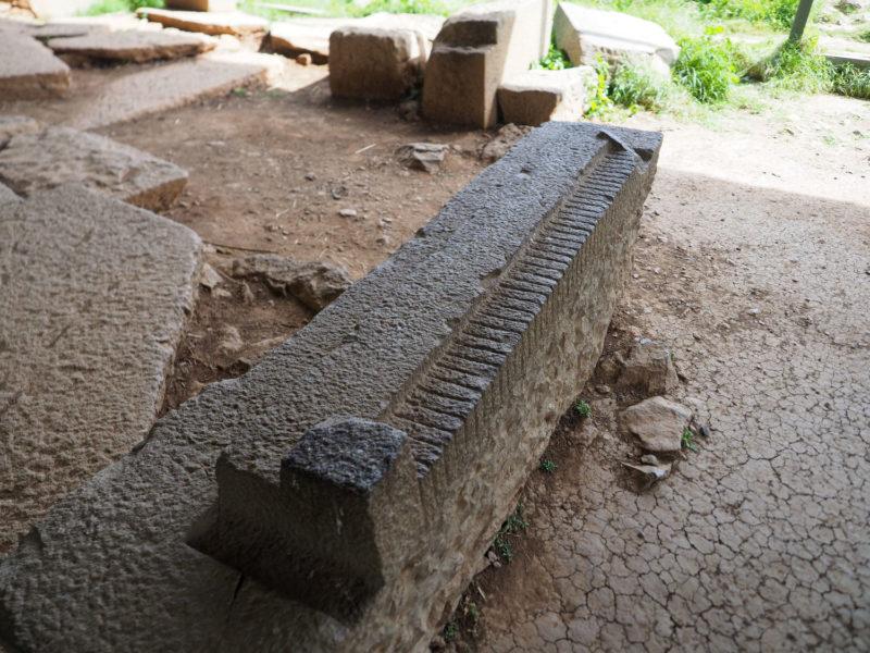 古代の建築技法が垣間見れる遺物。石切り場のメジャー(測定器)です。