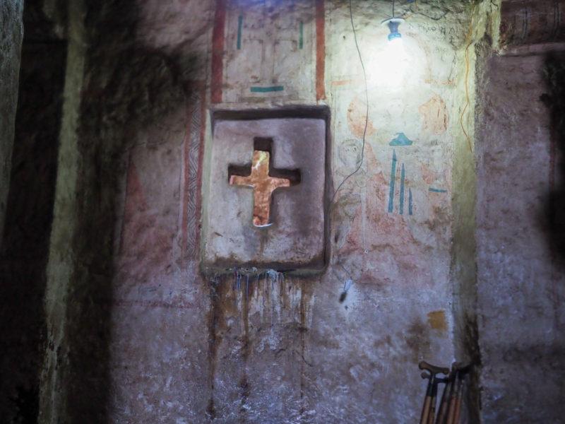 道中の旧い教会にも壁画が残ります。十字架を象った出窓