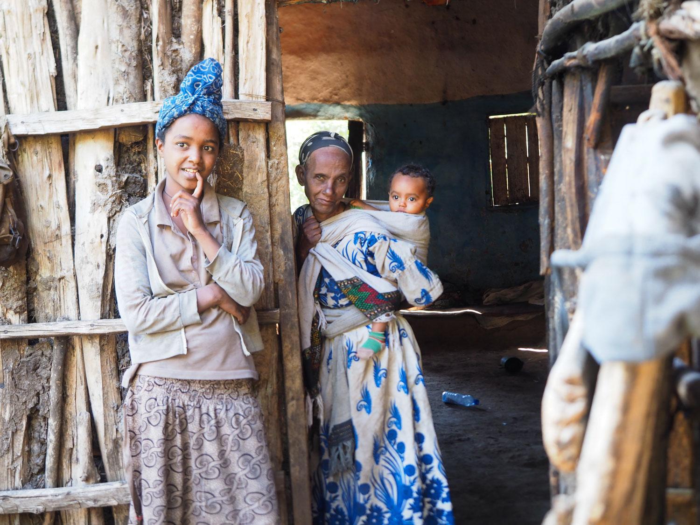 道中にふと立ち寄った村で出迎えてくれた村のご家族。