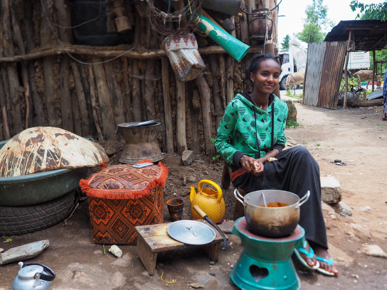 道中立ち寄った村で家庭料理をご馳走になります。