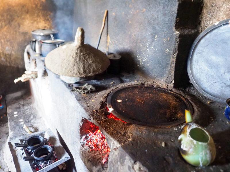 この円形のかまどは、インジェラを焼くためのものです。