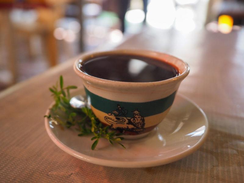 一杯のコーヒーが、旅のさなかにホッと一息をつかせてくれます。