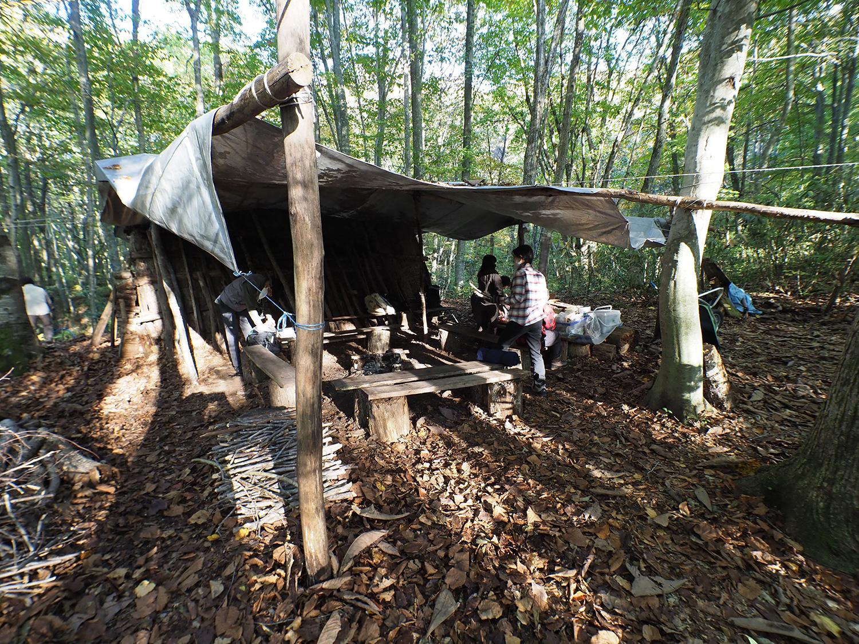 マタギ小屋の外には炊事場とダイニング
