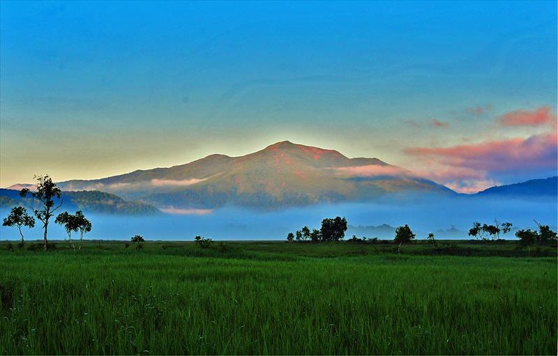 夜明けの尾瀬ケ原と至仏山