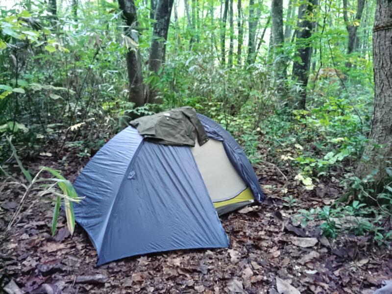 マタギ小屋近くの森でテント泊