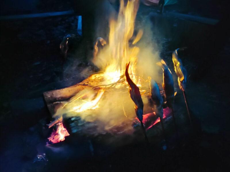 夜はもちろん焚火を囲んで