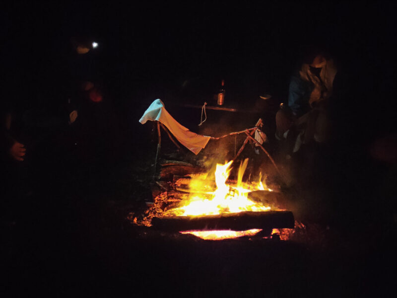 夜はもちろん焚火を囲んで。雨で冷えた体に染みます