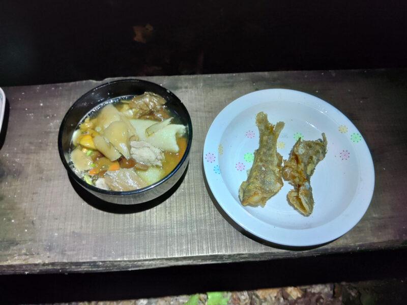 イワナのから揚げときりたんぽ入りのキノコ汁